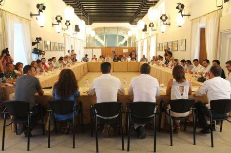 Los alcaldes de IULV-CA encerrados en el Parlamento.